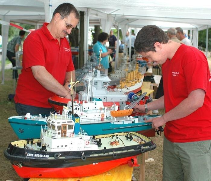 Thomas (links) und Markus Reuter aus Plauen zählten zu den Mitgliedern des Modellsportvereins Vogtland, die am Wochenende ihre Modelle in Falkenstein präsentierten.