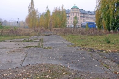 Die Fläche zwischen Bahnhof und Hotel Alekto wird 2021 zum Parkplatz gestaltet.