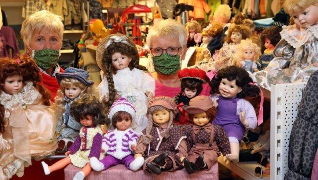 Sylvia Bock (links) und Gudrun Eckl eröffneten diese Woche die Puppenausstellung im Kindermarkt in Lichtenstein.