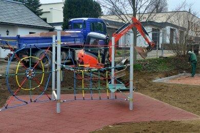 Derzeit laufen am neuen Spielplatz in Schlegel noch Erdarbeiten. Das große Spiel- und Klettergerät steht bereits.