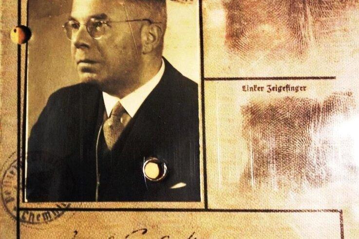 Ein Bildnis Carl Heumanns auf seiner Kennkarte.