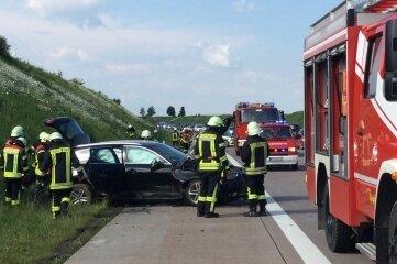 Bei einem Unfall am Sonntagnachmittag auf der A 72 zwischen Rochlitz und Penig leisteten Feuerwehrleute technische Hilfe vor Ort.