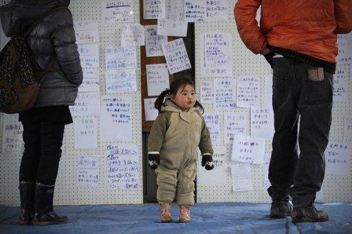 Seit Tagen beherrschen die schrecklichen Katastrophenbilder aus Japan die Medien. Für Kinder sind die Schockbilder nur schwer zu verkraften. Eltern sollten sie mit ihren Ängsten und Fragen daher nicht allein lassen. Das Foto zeigt ein Kind in der japanischen Stadt Kesennuma, das die Tsunami-Katastrophe überlebt hat.