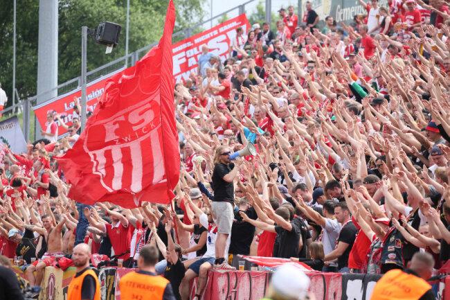 Zwickauer Fans bejubeln den Sieg ihres Teams.