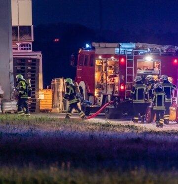 Feuerwehrleute löschten den Brand einer technischen Anlage.
