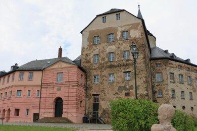 Das Schloss im Zentrum von Mühltroff - direkt an der durch die Stadt führenden B 282 - verfiel viele Jahre zusehends. Inzwischen hat sich viel getan.