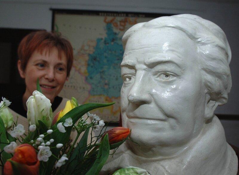 """<p class=""""artikelinhalt"""">""""Danke, liebe Clara."""" Heidrun Taubert ist Mitarbeiterin im Heimatmuseum von Wiederau und kann am Sonntag nicht zuletzt dank des Einsatzes von Clara Zetkin den Ehrentag der Frauen feiern. Selbst der Büste der Frauenrechtlerin scheint der Blumengruß ein leichtes Lächeln ins Gesicht zu zaubern. Morgen werden wieder zahlreiche Gäste im Museum erwartet, das früher das Wohnhaus Zetkins war. </p>"""