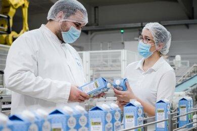 Kurt Pretzsch und Claudia Rudolph prüfen in der Kohrener Landmolkerei die ordnungsgemäße Verpackung derBauernmilch.