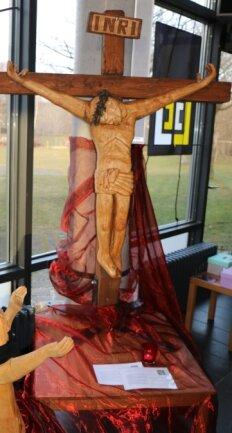 Geschnitzt von Gerd Kämpf: Jesus stirbt am Kreuz.