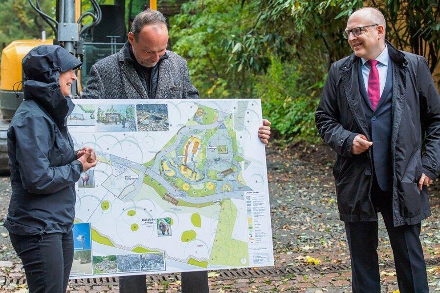 Landschaftsarchitektin Corina Krahnstöver, der Chef des Fördervereins Thomas Paarmann und Oberbürgermeister Sven Schulze am Freitagnachmittag in dem Bereich des Tierparks, der bis Frühjahr entsprechend dem Masterplan umgestaltet werden soll.
