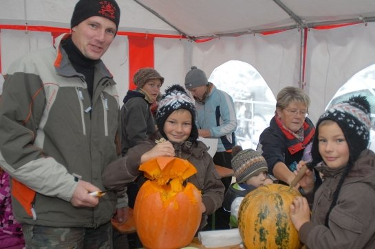 """<p class=""""artikelinhalt"""">Zum Kürbisschnitzen war das Zelt gut gefüllt. Jan Haase aus Hohndorf bearbeitete mit seinen Zwillingen Tim (links) und Tom etliche der prallen Früchte.</p>"""