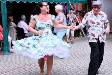 Bei Rock'n'Roll und Rockabilly hält es Holger und Aniko Lange nicht auf den Plätzen. Die Chemnitzer haben am Freitag im Hof des Kultur- und Freizeitzentrums Lugau das Tanzbein geschwungen.