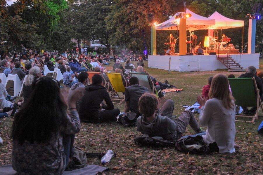 Wenn es Abend wird in Chemnitz, gehört der Stadthallenpark seit fünf Jahren jeden Sommer für vier Wochen der Kleinkunst. Zu den beliebtesten Veranstaltungen des Festivals Parksommer gehören die Poetry-Slam-Abende - auch in diesem Jahr jeweils freitags.