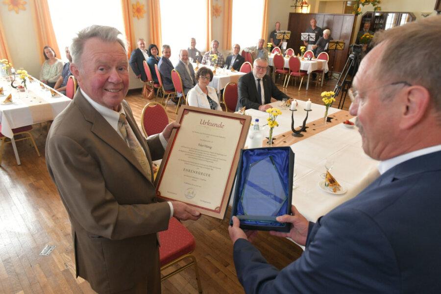 Der Bürgermeister a.D Peter Hünig feiert seinen 80. Geburtstag (l.) und bekommt von Bürgermeister Udo Eckert die Ehrenbürgerschaft der Gemeinde Weißenborn verliehen.