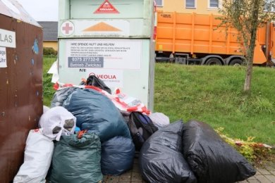 Das Umfeld des gesperrten Altkleidercontainers an der Jacober Hauptstraße soll noch diese Woche beräumt werden.
