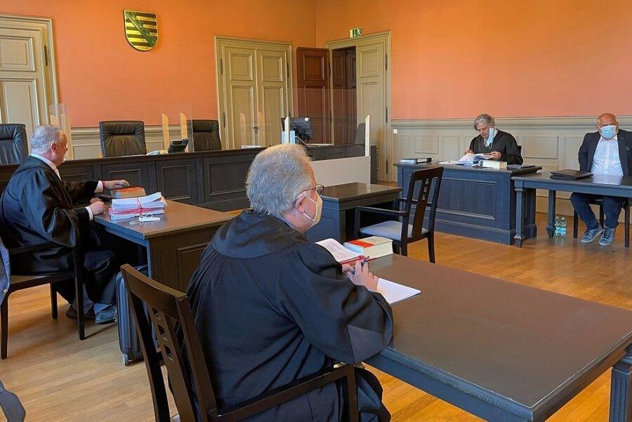 Im Berufungsverfahren gegen Tobias Bär (hinten rechts) am Landgericht Zwickau sind Verhandlungstermine bis Ende Juni angesetzt.