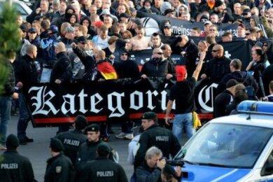 """Kurz vor Krawallen in Köln 2014 schrieb die rechte Band """"Kategorie C"""" das Lied """"Hooligans gegen Salafisten""""."""