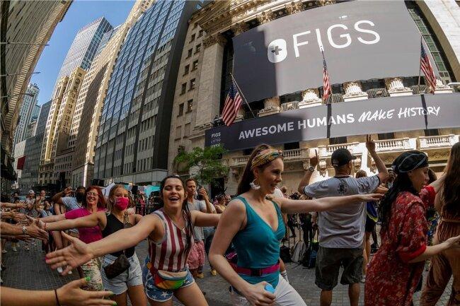 Ein Stück Normalität kehrt zurück: Eine Tanzparty gab es Ende vergangener Woche vor der New Yorker Börse - und zwar zum Börsengang des Bekleidungshändlers FIG. FIG verkauft vor allem legere, bequeme Kleidung, die während des Lockdowns besonders beliebt geworden ist.