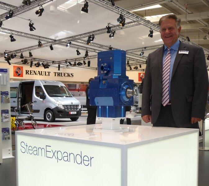 """<p class=""""artikelinhalt"""">Eberhard Bredel stellt den in Zschopau entwickelten Steam Expander auf der IAA Nutzfahrzeuge in Hannover vor.</p>"""