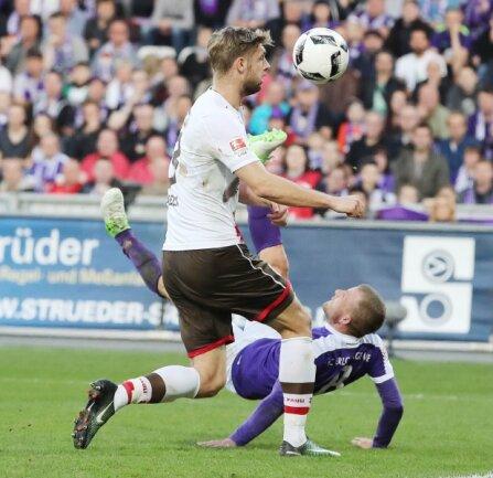 Artistisch bugsiert Nicky Adler den Ball in Richtung St.-Pauli-Tor. Lasse Sobiech kommt zu spät.