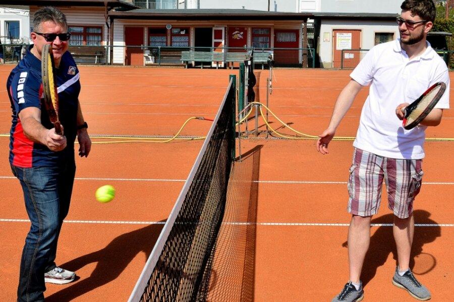 Erste Ballwechsel - und das nächste Mal dann in Trainingssachen: TSV-Präsident Steffen Ziegler (l.) und Abteilungsleiter Bruno Kehrer wollen den Mittweidaer Sportlern Tennis wieder schmackhaft machen.