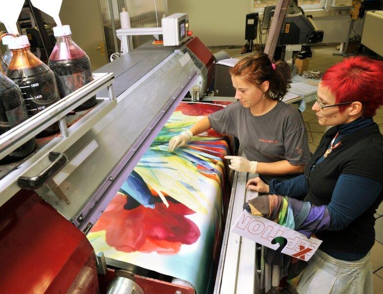 """<p class=""""artikelinhalt"""">Blick in die Digitaldruckerei der Color Textil Veredlung Frankenberg. Sandy Grüneberg und Susan Heydenreich (r.) beurteilen kritisch die Qualität des bedruckten Stoffes. Auf internationalen Fachmessen sind Stoffe aus Frankenberg stark gefragt. Heute beschäftigt das Unternehmen 165 Mitarbeiter und 15 Auszubildende. Jährlich erlöst das Unternehmen rund 21 Millionen Euro Umsatz. </p>"""