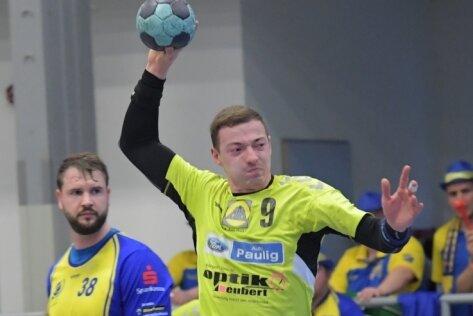 Der Zwönitzer Nico Langer, der in dieser Szene eine Lücke zum Sprungwurf genutzt hat, hofft wie alle Handballer, dass er sich bald wieder auf dem Parkett im Wettstreit mit anderen messen kann.