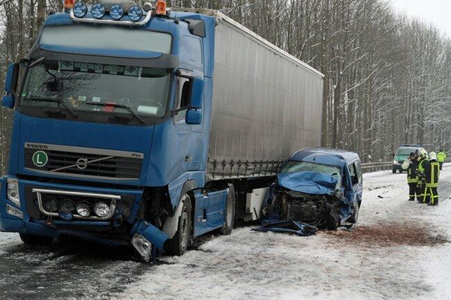 Bei einem schweren Unfall auf der B101 an der Heinzebank sind am Karfreitagmorgen zwei Menschen verletzt worden, einer davon schwer.