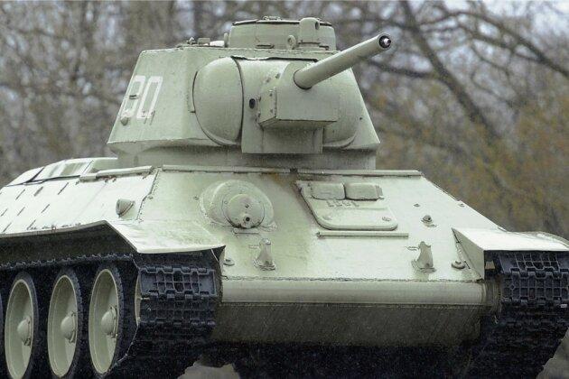 Auf den Sockel gehoben: ein T-34-Panzer der Roten Armee auf dem Gelände des Sowjetischen Ehrenmals in Berlin.