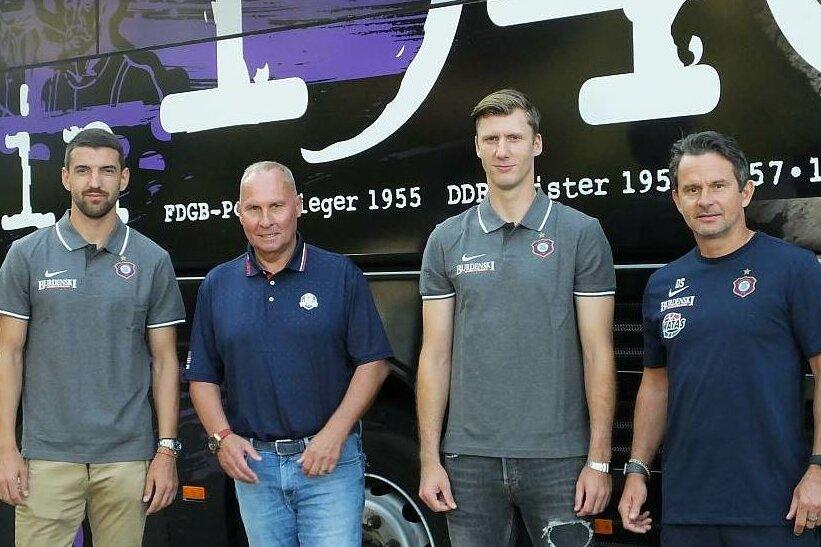 Die Neuzugänge Ognjen Gnjatic (l.) und Philipp Klewin (3. v. l.) mit FCE-Präsident Helge Leonhardt und Trainer Dirk Schuster.