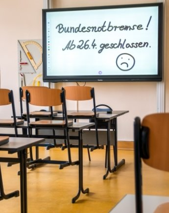 Die Stühle sind hochgestellt. Ab Montag bleiben die Schulen für viele Klassen erneut geschlossen.