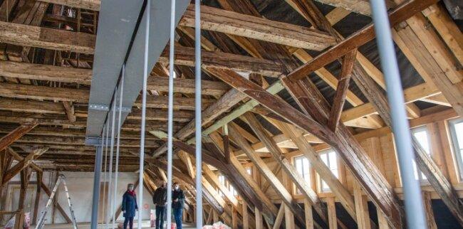 Die Sanierung des Rathauses in Oederan läuft auf Hochtouren. Hier ein Blick in das Dachgeschoss, in das Bauamt und Ordnungsamt einziehen werden. Insgesamt wurden 25 Tonnen Stahl verbaut.