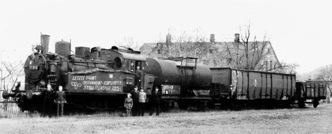 """Vor dem Gasthaus """"Zur Lokomotive"""" stellten sich das Lokpersonal und einige Fans dem Fotografen. Anlass war die letzte Fahrt eines Zuges mit einer Lokomotive der Reihe BR 89 auf dem Industriegleis Reinsdorf am 31. Oktober 1965."""