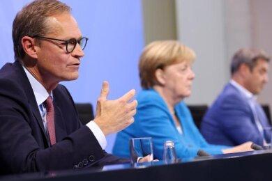 Berlins Regierender Bürgermeister Michael Müller (l), Bundeskanzlerin Angela Merkel und der bayerische Ministerpräsident Markus Söder geben nach den Bund-Länder-Beratungen eine Pressekonferenz.