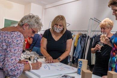 Auch im Lions-Laden war viel los. Dort verkaufte der Club Secondhand-Mode für den guten Zweck. Im Bild Ex-Präsidentin Martina Müller (zweite von links) mit Elvira Menge, Gabriele Bobka und Petra Rießner (von links). Der Erlös des Abends kann sich sehen lassen: etwa 1500 Euro.