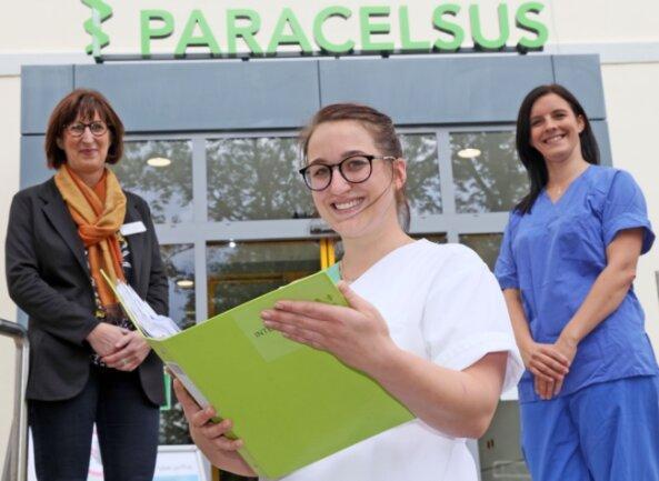 Seit Ende Juni stolze Praxisanleiterin: Sarah Bergert (Mitte) mit Janine Bochmann (r.), der zentralen Praxisanleiterin, und Heike Hofmann, Pflegedienstleiterin der Paracelsus-Klinik Zwickau.