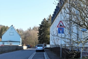 Anlieger bemängeln, dass es in Hohenfichte an der Straße zur Lohe nach der Einmündung Feldweg keine Straßenbeleuchtung gibt.