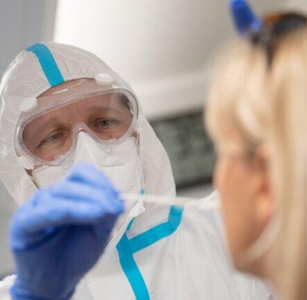 Mitarbeiter von Gesundheitsämtern - hier ein Symbolfoto - führen weitere Coronatests in Burgstädt durch.