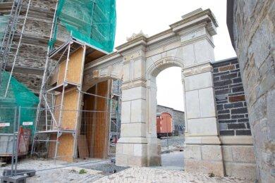 Durch das Portal gelangt man auf die Campus-Baustelle - das soll künftig nachts nicht mehr möglich sein.