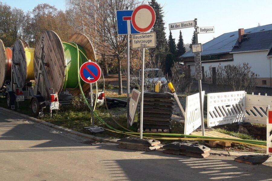 An der Badgasse in Oederan werden die Mikrorohrverbände in die vorab verlegten Leerrohre eingezogen.