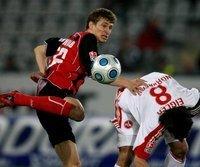 Der Freiburger Daniel Schwaab (l.) ist vor Christian Eigler am Ball