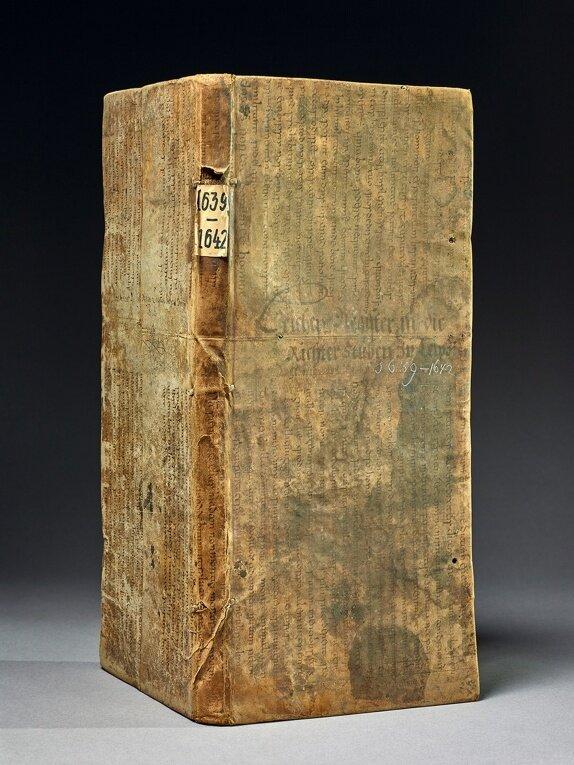 """Bürokraten-Daten aus dem Gestern: Dieses """"Leichenbuch"""" aus dem 17. Jahrhundert wurde seinerzeit mal eben in ein nur einseitig genutztes Stück Altpapier eingewickelt - welches sich kürzlich als 1200 Jahre alte Bibelhandschrift entpuppte."""