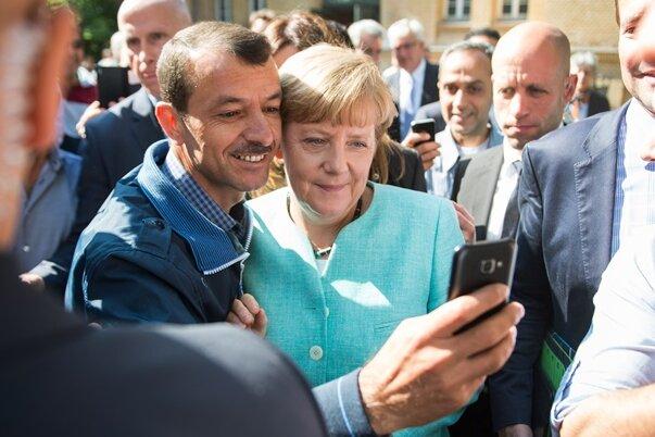 Selfie mit Symbolcharakter: Angela Merkel mit einem Flüchtling.