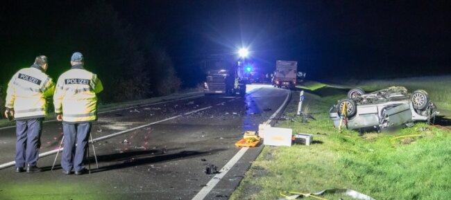 Trümmerfeld auf dem Auer Autobahnzubringer: Für einen 36-jährigen Autofahrer kam jede Hilfe zu spät; er verstarb noch an der Unfallstelle.