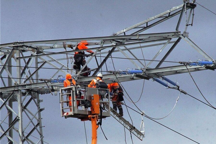 Montagearbeiten an einem Strommast: Der Energieversorger Envia M investiert dieses Jahr 322 Millionen Euro in die Instandhaltung und den Ausbau des Stromnetzes.