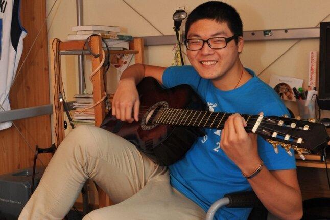 """Ting-Yi """"Mike"""" Lin spielt gern Piano - da es bei seiner Gastfamilie keines gibt, greift er eben zur Gitarre."""