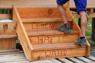 Auf einer Treppe des Seehaus e.V. (Leipzig) ist das Motto «Wahr.Haft.Leben.» in Neukieritzsch bei Leipzig eingebrannt.