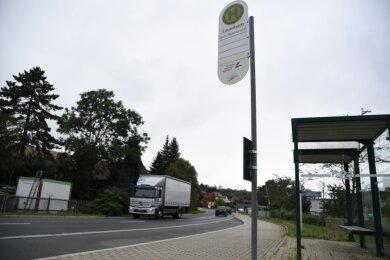 Die Hofer Straße im Oelsnitzer Ortsteil Lauterbach ist derzeit Umleitung für die Bundesstraße 92 mit entsprechend viel Verkehr. Gerade für Schulkinder auf dem Weg zum Bus ist es schwierig, hier gefahrenlos die Straße zu über-queren.