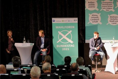 Forum in Schwarzenberg mit den Direktkandidaten im erzgebirgischen Bundestags-Wahlkreis 164 - von links Clara-Anne Bünger (Die Linke), Sebastian Walter (Bündnis 90/Die Grünen), Silvio Heider (SPD), Ulrike Harzer (FDP), Alexander Krauß (CDU) und Thomas Dietz (AfD).