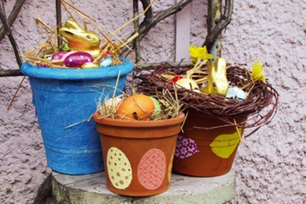 In die Töpfe kommen Moos, Heu oder Stroh zum Auspolstern: Fertig ist das Osternest!